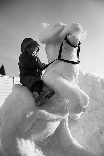 Kid-Rides-Tauntaun-Snow-Sculpture